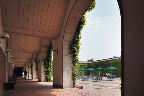 レストランや宴会場が面する、もう1つの中庭型の広場(写真:フォワードストローク)
