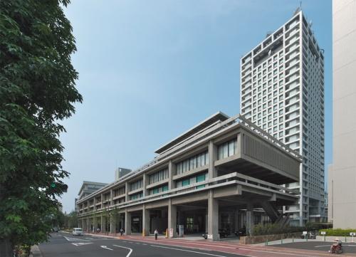 北東側からの全景。低層棟と高層棟から成る東館の延べ面積は約1万1872m<sup>2</sup>。右手は行政庁舎(新本館)。地上21階建てで、香川県と丹下健三・都市・建築設計研究所(当時)の設計で2000年に竣工している(写真:生田将人)