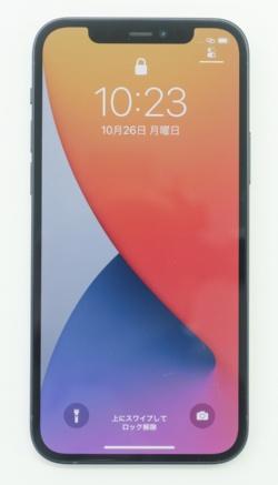角張ったボディーを採用したiPhone 12シリーズ。12のボディーはアルミニウム製だ。(撮影:加藤 康)