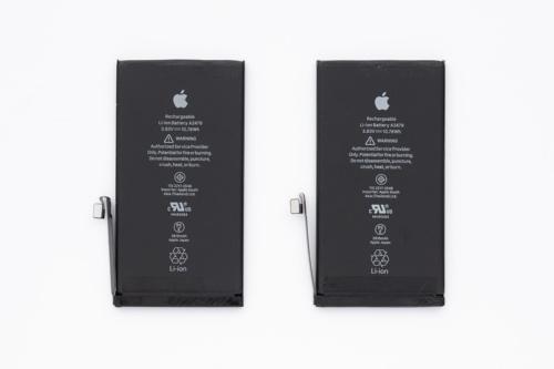iPhone 12と同ProのLiイオン2次電池。(撮影:加藤 康)