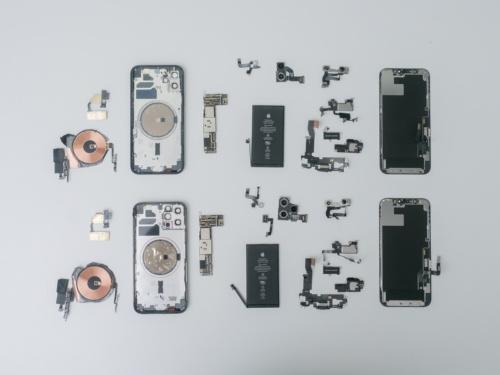 iPhone 12(写真上)と同Pro(写真下)の分解部品を比較した。(撮影:加藤 康)