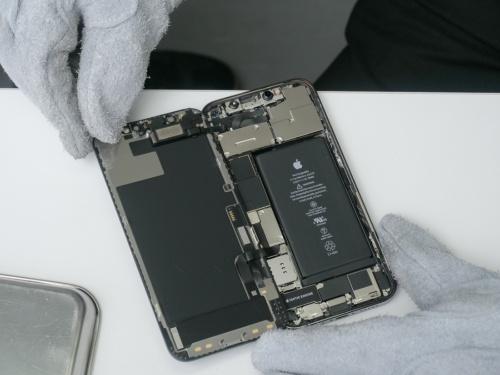 """比較的スムーズに開いた。一見して、iPhone 12 Proの中身はiPhone 12と""""うり二つ""""だ。(撮影:加藤 康)"""