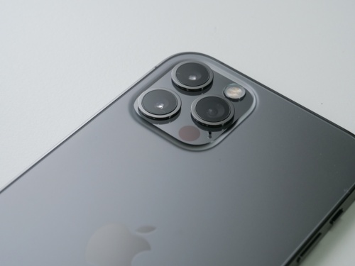 ステンレススチール製のiPhone 12 Pro。(撮影:加藤 康)