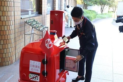 ナンバープレートを備えた配送ロボットが公道を走行