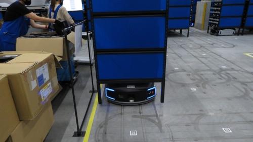 商品棚を自動搬送するロボット「EVE」