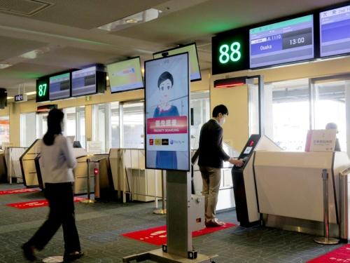 アバターが搭乗案内ボードを掲げている様子。日本航空(JAL)は各便の搭乗業務を担当するスタッフの一部を在宅勤務に切り替えることを目指す