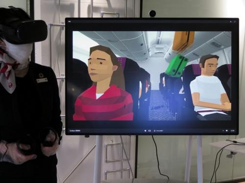 仮想現実(VR)訓練では客席上部の荷物棚の施錠チェック漏れがあると離陸後にスーツケースが飛び出る。実際の訓練では再現が難しいだけに、VRのほうが「リアル」だ