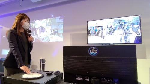 東京都内のイベント会場で円盤状のタッチパッドを操作し、space avatarを操っている様子