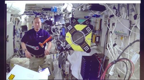 space avatarで撮影した、きぼう内部の映像。映っている人物はISSに滞在中の野口聡一宇宙飛行士