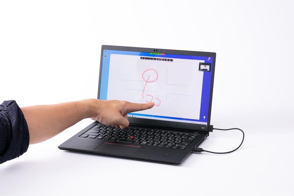AirBarはノートパソコンの画面下に設置し、USBケーブルで本体と接続するだけで画面をタッチパネルとして利用できる。指の認識は良く、もとからタッチパネル画面であるかのような操作が可能だ (撮影:スタジオキャスパー)