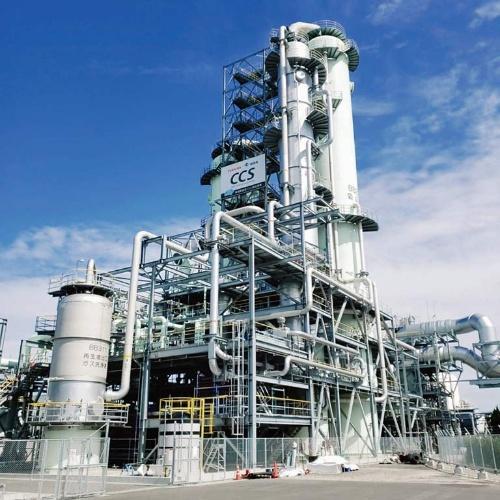 (b)福岡県大牟田市のバイオマス発電所に導入された東芝エネルギーシステムズのCO<sub>2</sub>回収プラント