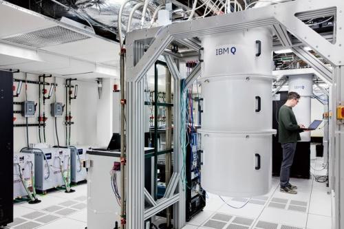 理化学研究所の中村泰信氏が開発中の量子コンピューター(上)と、米IBMの量子コンピューター「IBM Q」(下)(写真提供:日本IBM(下))
