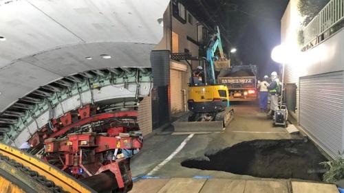 大深度地下で掘進中だったシールドトンネル(左)と地上の住宅地に生じた陥没(写真:東日本高速道路会社)