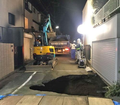 市道に生じた陥没穴の容積は140m3ほど。東日本高速は翌日未明までに砂で埋め戻して応急復旧した(写真:東日本高速道路会社)