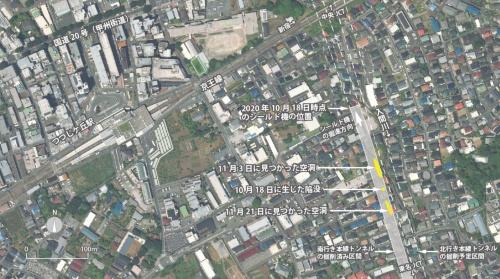 陥没や空洞が見つかった地点。京王線つつじケ丘駅に近い住宅地で、1カ月ほど前に南行き本線トンネルのシールド機が通過したほぼ真上に当たる。北行き本線トンネルのシールド機はまだ通過していなかった。東日本高速道路会社の資料を基に日経クロステックが作成(写真:国土地理院)