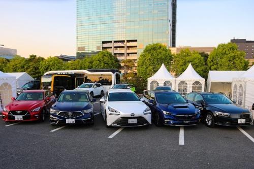国家プロジェクト「SIP(戦略的イノベーション創造プログラム)『自動運転』」が報道陣向けに開催した試乗会。8団体が自動運転車を持ち込んだ。(撮影:日経クロステック)