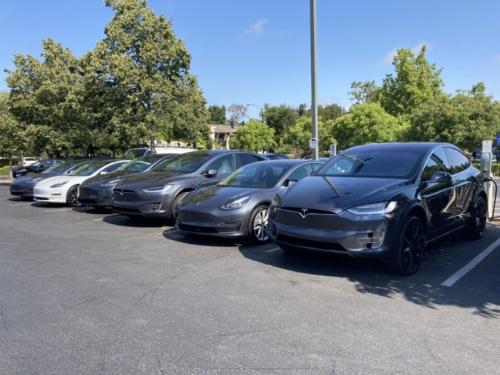 米カリフォルニア州で駐車中のテスラ車