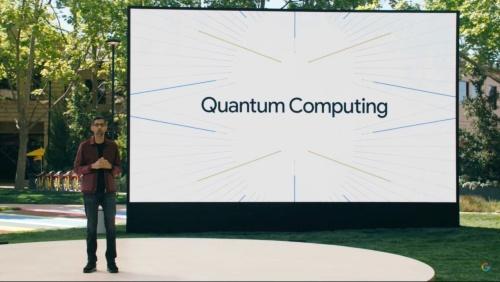 Google I/O 2021の基調講演で量子コンピューターの取り組みを紹介するピチャイ氏