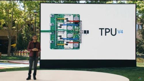 「TPU v4」を紹介するピチャイ氏