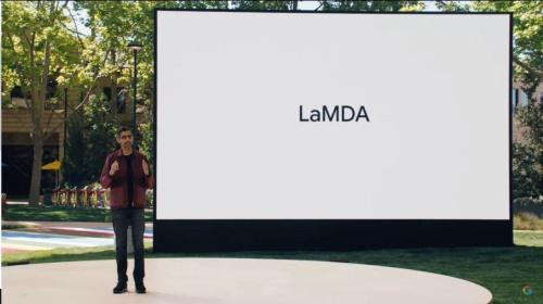 「Google I/O 2021」の基調講演で「LaMDA」を紹介するピチャイ氏