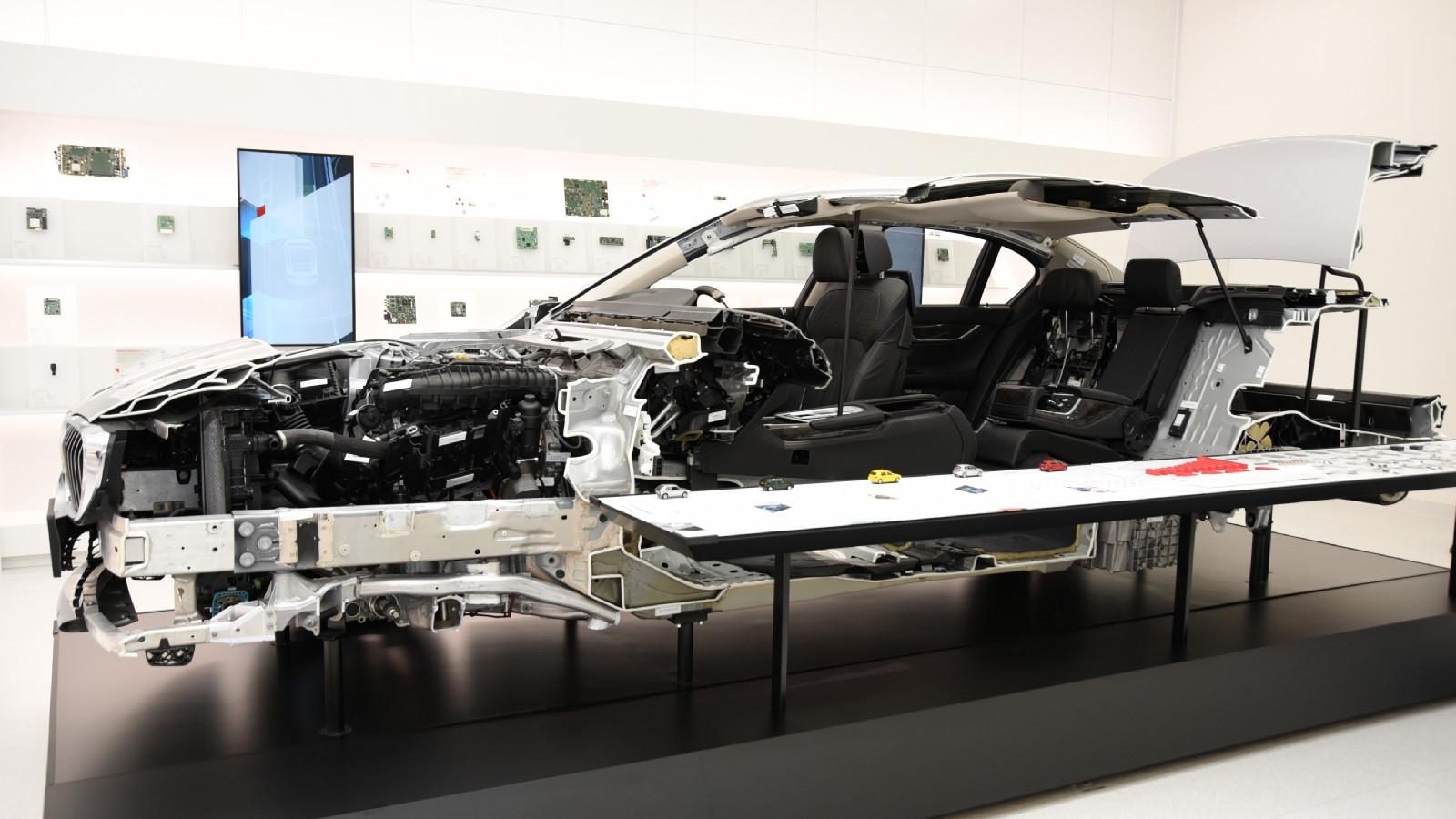 図1 車載部品の展示施設「Murata みらい Mobility」 分解した車両や車載電子機器の基板、村田製作所の車載部品などを並べた。(撮影:日経Automotive)