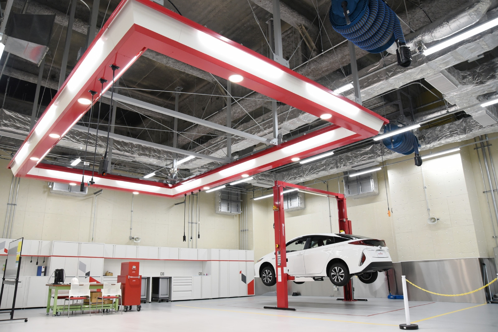 図2 自動車を分解・検証できるピット施設 開発中の部品を車両に搭載することもできる。試験車両はエレベーターで地下2階の電波暗室に移動させて試験することも可能。(撮影:日経Automotive)