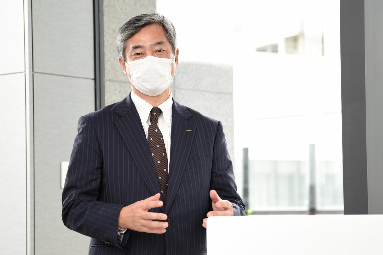 図4 みなとみらいイノベーションセンターの事業所長を務める村田製作所の川平博一氏 21年7月14日に開いた施設内覧会で拠点開設の狙いなどを説明した。(撮影:日経Automotive)
