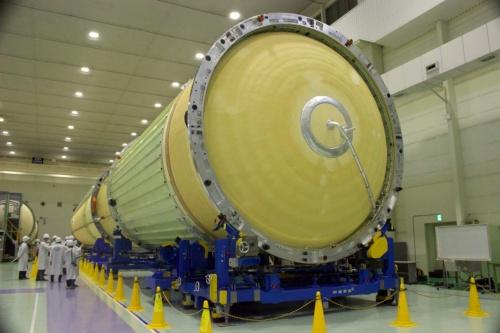三菱重工業名古屋航空宇宙システム製作所・飛島工場で公開されたH3ロケット初号機の第1段と第2段