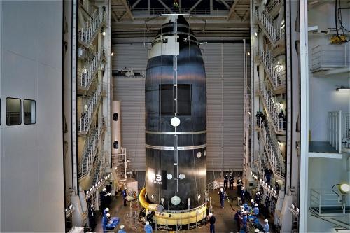 今回の点検に使用した衛星フェアリング(搭載衛星を保護する覆い)は、2019年12月の「フェアリング分離放てき試験」に使用した開発用モデル。実機は白色に塗装するが、このモデルは未塗装で、黒色の炭素系複合材料の地肌が露出している。H3が黒いフェアリングを装着するのは今回のみ。(出所:JAXA)