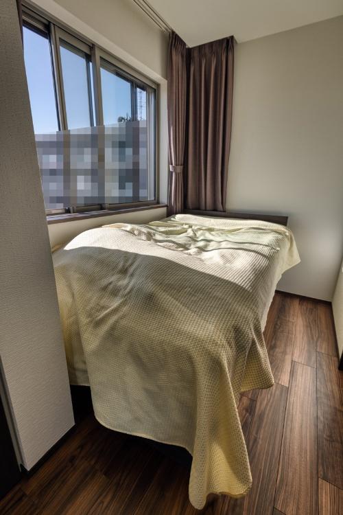 ウレルディ238のセミダブル仕様を設置したところ。寝室はほぼベッドのみで埋まった。ちなみにベッドフレーム、マットレスとも屋内の階段では搬入できず、別途、いわゆる「街の何でも屋」に依頼し、3階の窓から搬入することになったりした