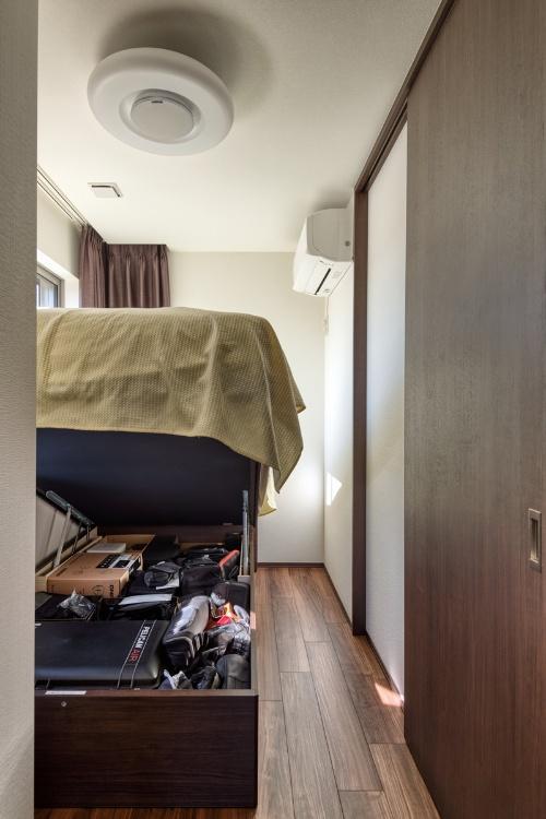 筆者のウレルディ238は「床面高380タイプ」かつ「カマチ付き」。跳ね上げた状態がこちらだ。寝室にはベッドしかないので、跳ね上げてしまえば内部へのアクセスはしやすい