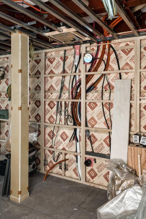 電源ケーブル問題が解決した直後のサーバールーム。まだ壁も何もない状態だが、床に描かれた線を見るとサイズ感が分かると思う。ちなみにこの時点で既にココタスは天井に付いている