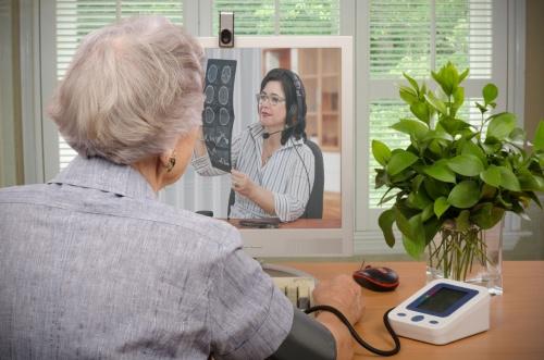 医療機器を活用しながらオンライン診療を受けるイメージ