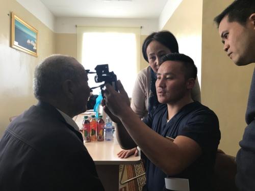 モンゴルの診療所で医療機器「MS1」を活用して目を診察する様子