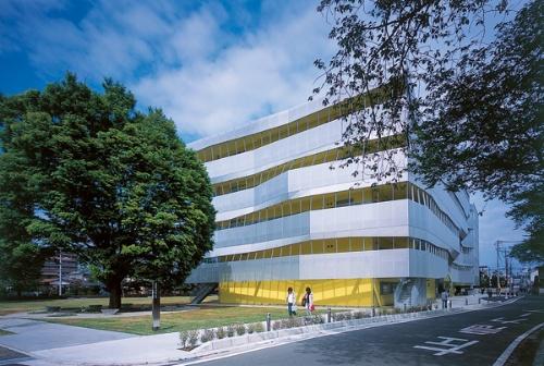 西側から見る。パンチングメタルに覆われた産学研究棟の3~5階をコミュニケーションテラスとしてている(写真:吉田 誠)