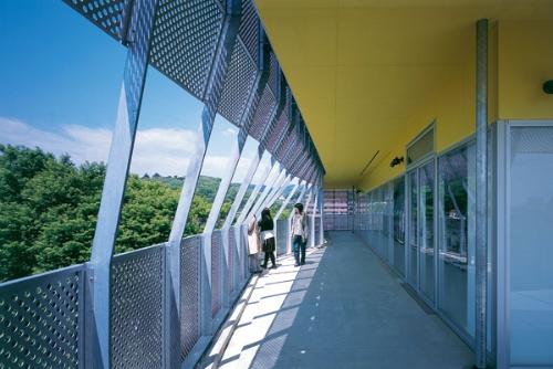 4階西側のテラス。大学院の学生が授業の合間にくつろぐ(写真:吉田 誠)