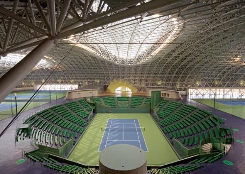 施設中央に位置するすり鉢状のセンターコート。周囲に1500席の観客席を備える(写真:松村 芳治)