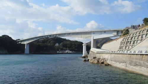 室津半島と長島の間の海上に架かる上関大橋。右側が、桁端部で跳ね上がりが生じた室津側(写真:日経コンストラクション)