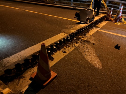 事故直後の様子。路面に約20cmの段差が生じ、通りかかった車が衝突した(写真:山口県)