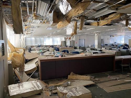 福島県郡山市内のある企業の事務所では天井が崩落した(写真:読者提供)