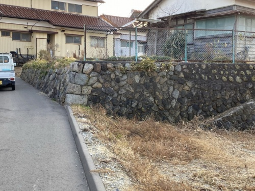 相馬市尾浜地区にある別の宅地の空石積みの不適格擁壁。佐藤技師長の目視では無被害だった。2021年2月14日に撮影(写真:佐藤 真吾)