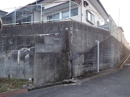 相馬市柏崎地区にある宅地。劣化の著しい不適格な擁壁にブロック塀を建てた危険な状態だが、佐藤技師長の目視では被害を確認できなかった。2021年2月14日に撮影(写真:佐藤 真吾)