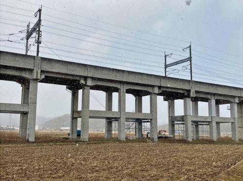 被災した高架橋の周辺は、田畑が広がっている(写真:井上 和真)