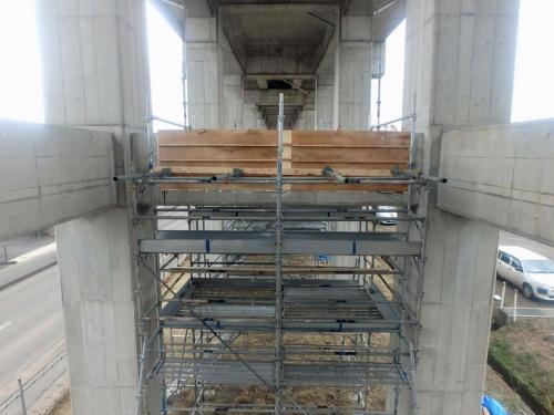 損傷した横梁の復旧工事の様子。上の写真とは別の箇所(写真:JR東日本)