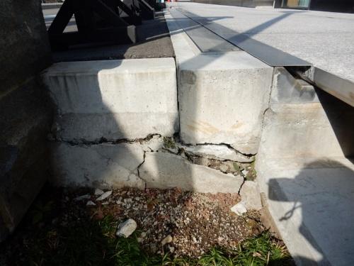 外構が損傷した福島県内の庁舎。免震構造を採用している。写真右上が跳ね上げ式のエキスパンションジョイント。日本免震構造協会の調査によると、庁舎は西側(写真左手)に約13cm、東側に6cm移動した(写真:久田嘉章・工学院大学教授)