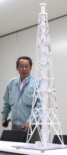 排気筒模型で手順を説明するエイブル第一工事部長の岡井勇さん