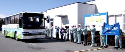 福島県広野町のエイブル広野事務所を出発する遠隔操作バス