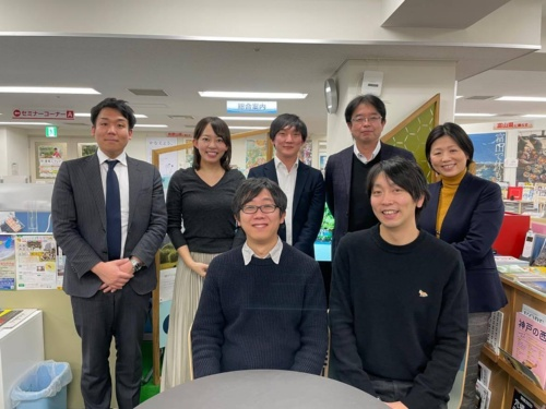 神戸市の東京事務所で副業をする水関裕人さん(前列左)と植草俊輔さん(同右)