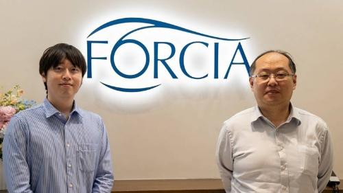 フォルシアの松本健太郎技術研究所エンジニア(左)と同じ技術研究所に所属する原旅人部長