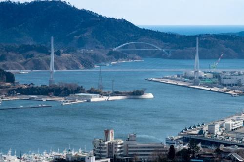 気仙沼湾に架かる2橋。手前が復興道路の一部である気仙沼湾横断橋、奥が気仙沼大島大橋(鶴亀大橋)だ。2021年2月11日撮影(写真:村上 昭浩)